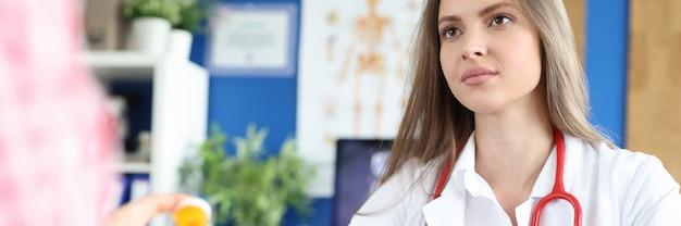 医師は、薬の摂取量のクローズアップについて患者にアドバイスします