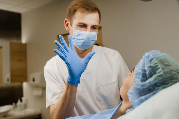 입술 확대 후 의사가 행복한 감정을 가진 환자를 바라 봅니다.