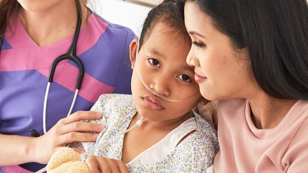 의사와 병원에서 어머니와 아이