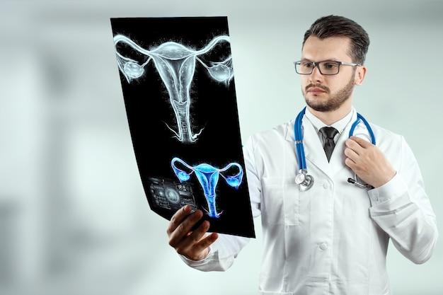 Доктор и голограмма женского органа матки. медицинское обследование, женская консультация, узи, гинекология, акушерство, беременность, современная медицина.