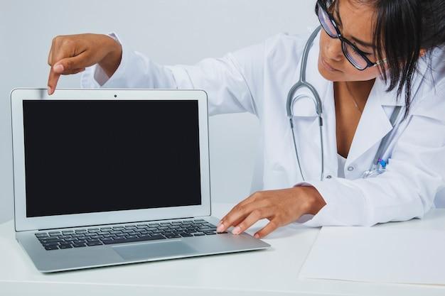 医者とラップトップ