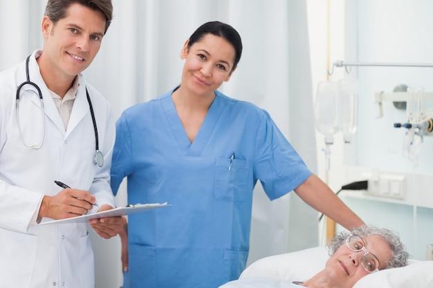 医者、看護婦、横に、カメラ、横に、患者