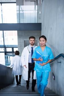 医師や看護師が階段の上を歩く