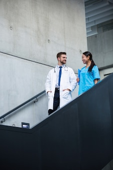 医師や看護師が階段の上を歩いて話している