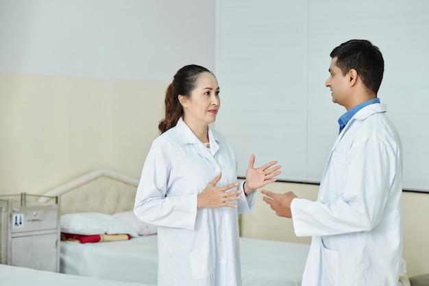 病院で働く医師と看護師
