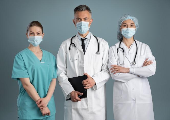 Врач и медсестры в специальном оборудовании