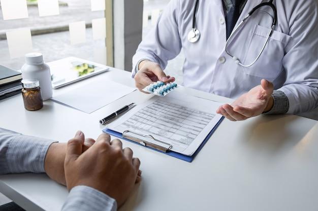 Врач и пациент обсуждают консультацию о симптоматической диагностике болезни, беседуют с пациентом о лекарствах и методе лечения.