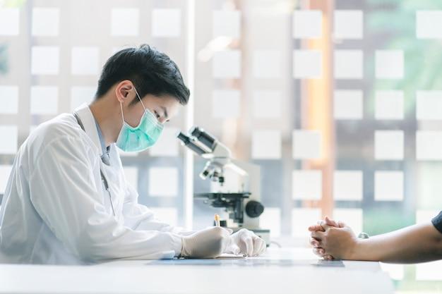 Врач и пациент на медицинском осмотре в офисе больницы. концепция медицины и здравоохранения.