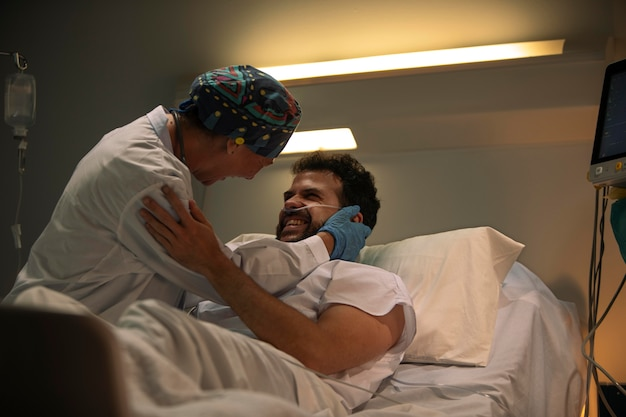良いたよりを祝う医師と患者
