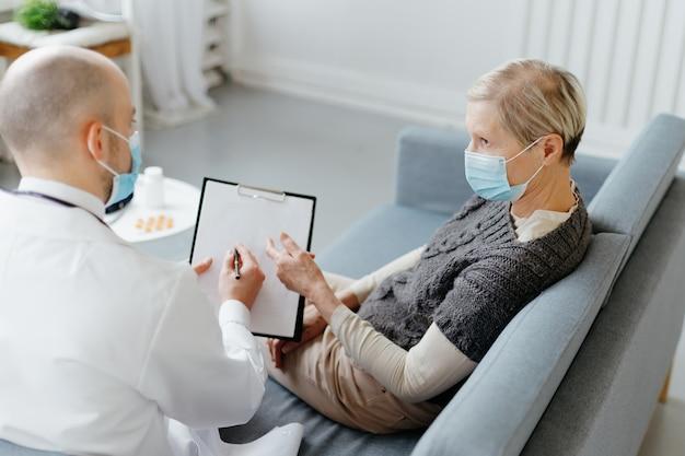 Врач и пациент, сидя на диване в медицинском кабинете