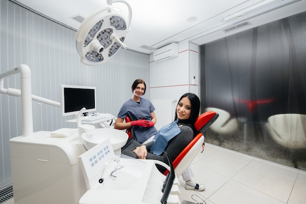 의사와 환자의 미소 건강. 치과