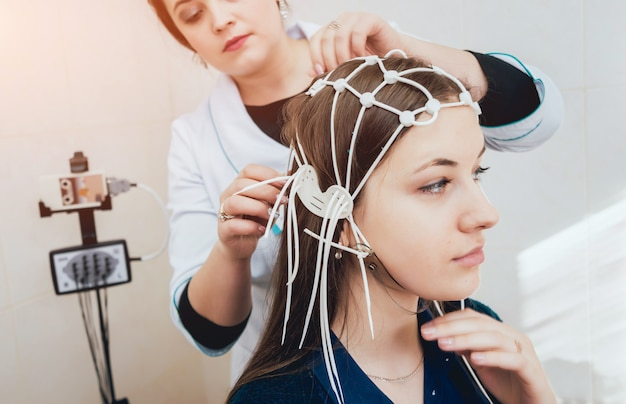 医師と患者の脳造影電極。