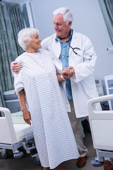 病院でシニア患者を支援する医師
