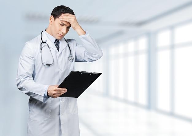 Доктор бьет головой, осознавая ошибку