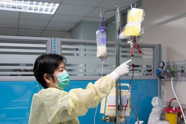 医師は生理食塩水を静脈内にチェックします
