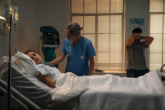 病院で患者をチェックする医師