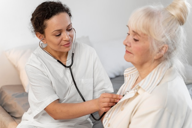 Доктор проверяет сердце пациента