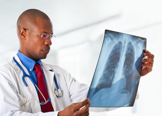 X線をチェックしている医師