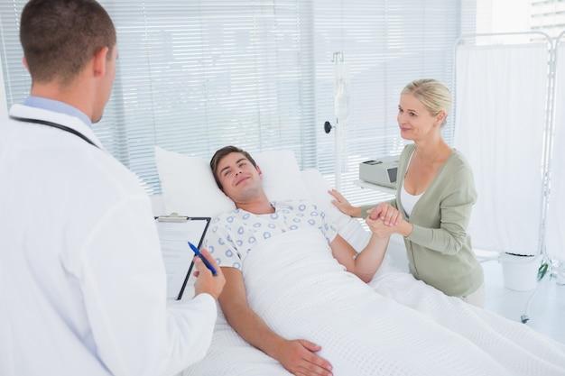 그의 환자를 검사하는 의사