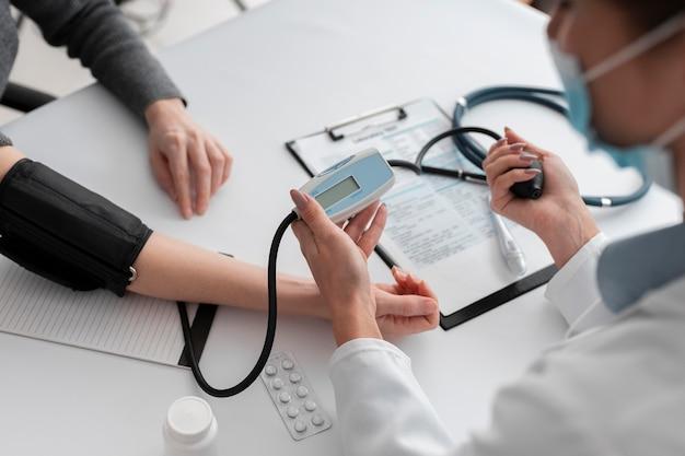 환자의 건강 상태를 확인하는 의사