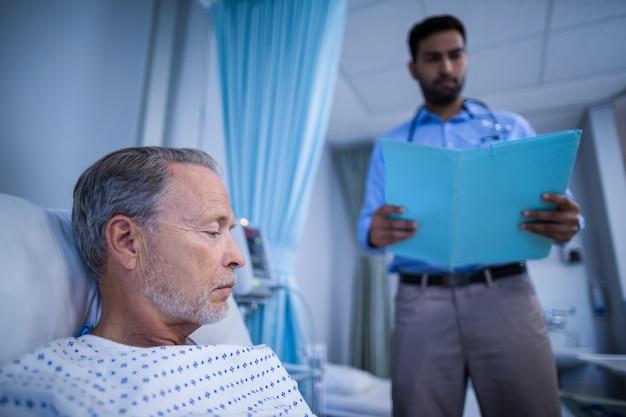 医師は患者の医療レポートをチェック