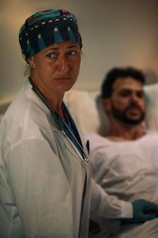 Dottore che controlla uno dei suoi pazienti