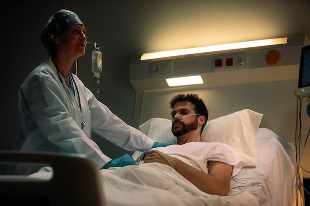 그녀의 환자 중 하나를 확인하는 의사