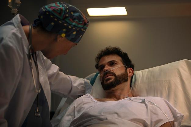 彼女の患者の1人をチェックしている医者