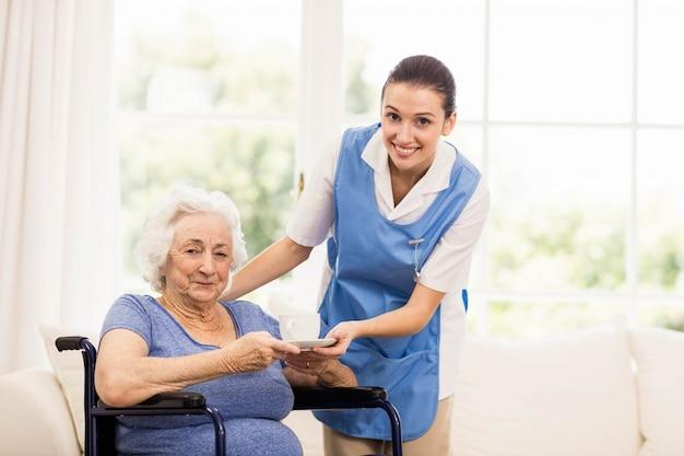 집에서 환자 건강을 검사하는 의사