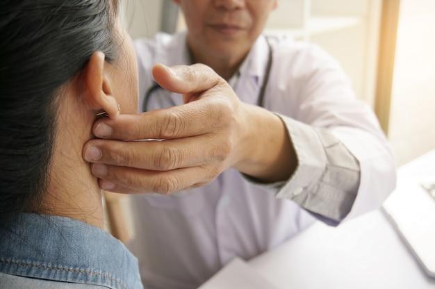 Врач проверяет пульс пациентки на пульс. концепция здравоохранения
