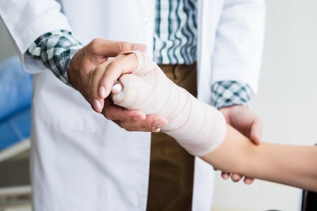 의사는 환자의 팔을 확인