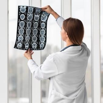 Доктор проверяет рентген в больнице