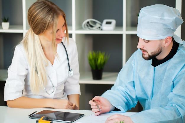 医師は診療所で患者の健康状態をチェックします。