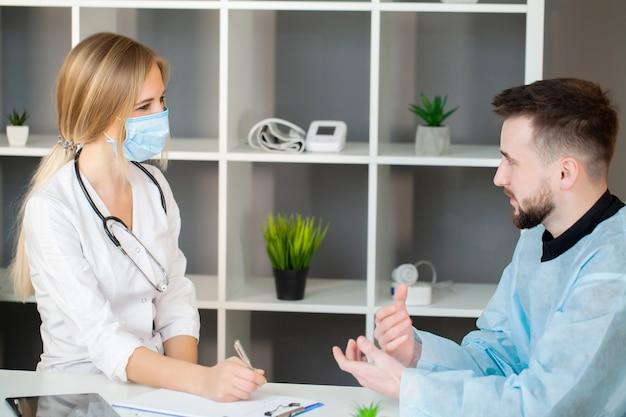 医師は診療所で患者の健康状態をチェックします