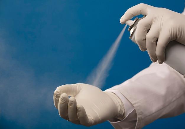 医師は病院のppe基準でスプレー衛生で手をきれいにします