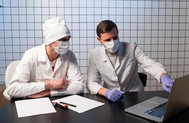 医師、コンピューター、ヘルスケア、医学。オフィスで一緒に働く2人の医師