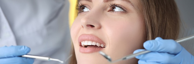 의사는 여성 환자의 치과 검사를 실시