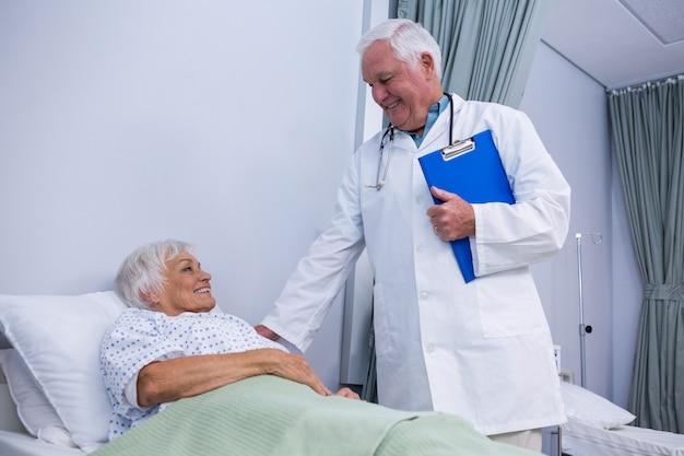 シニア患者を慰める医師
