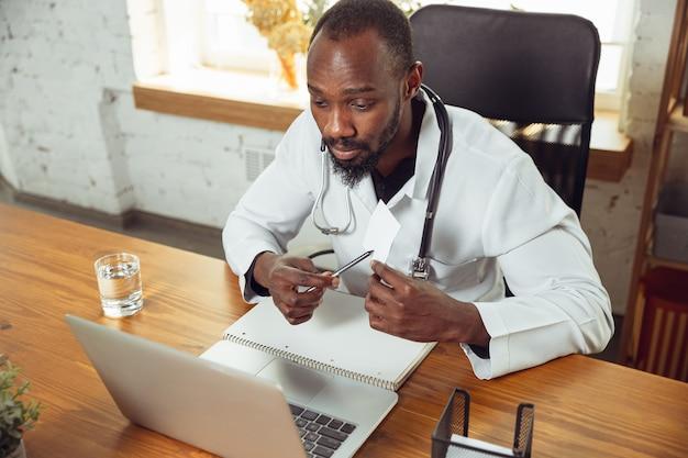 医師がノートパソコンを使ってオンラインで患者に相談