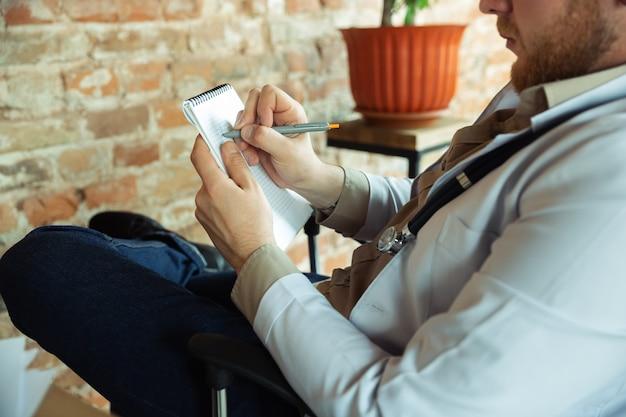 의사는 환자에 대한 컨설팅, 메모 작업.