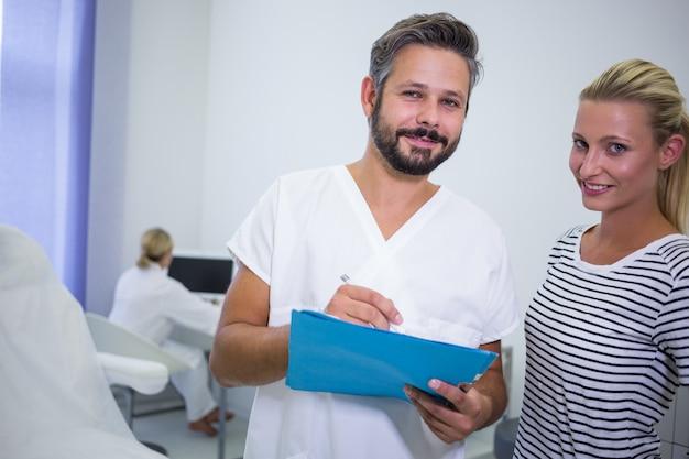 医師がクリニックで患者とレポートを議論