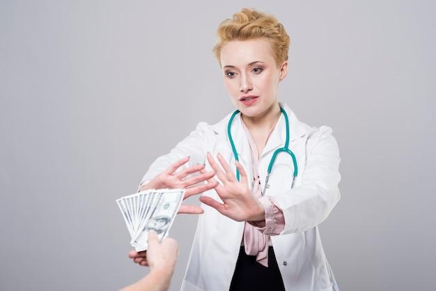 医者は賄賂を受け入れません