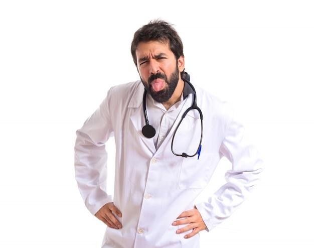 Доктор делает шутку на изолированные белом фоне