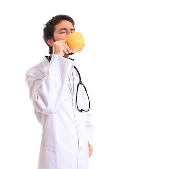 흰색 배경 위에 커피를 마시는 의사
