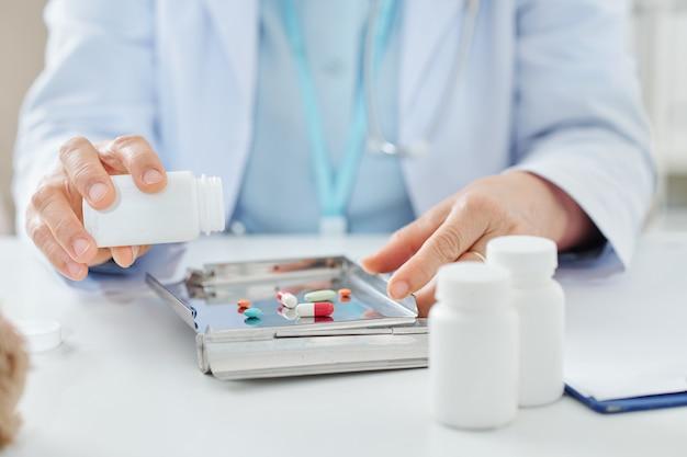 医者の薬の空のコンテナー
