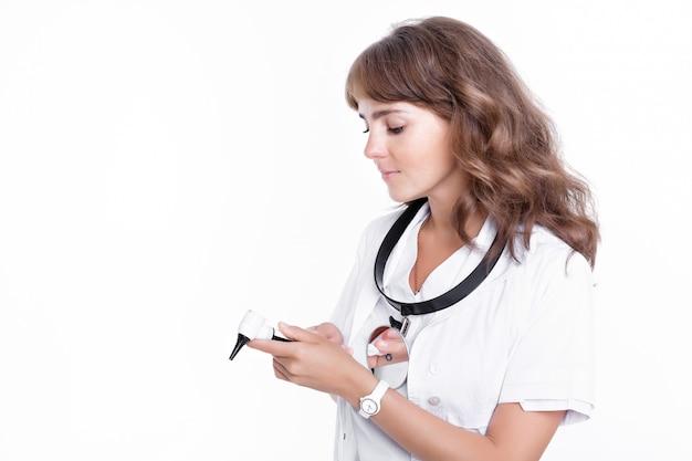 耳鼻咽喉科医が耳鏡を持っています