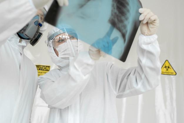 医師疫学者がx線を調べる