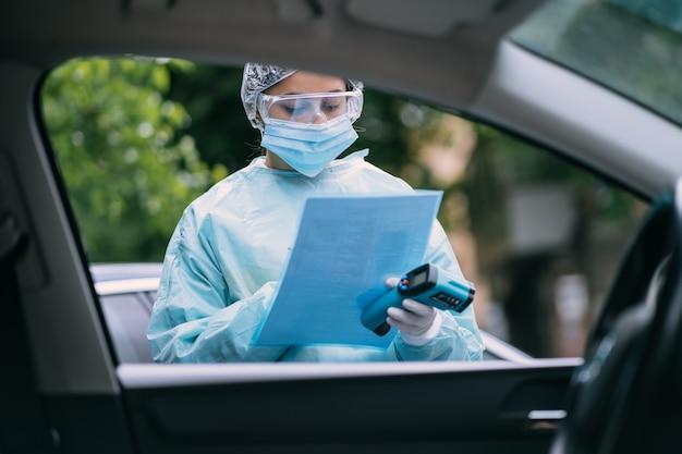 コロナウイルスcovid-19と戦う医師疫学者。 covid19の発生時には、看護師は防護服とマスクを着用しています。
