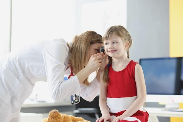 医師は、小児の診療所聴力検査で耳鏡を使用して子供の耳を検査します