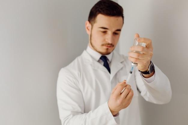 医者は患者を診察します。医学と医療の概念。